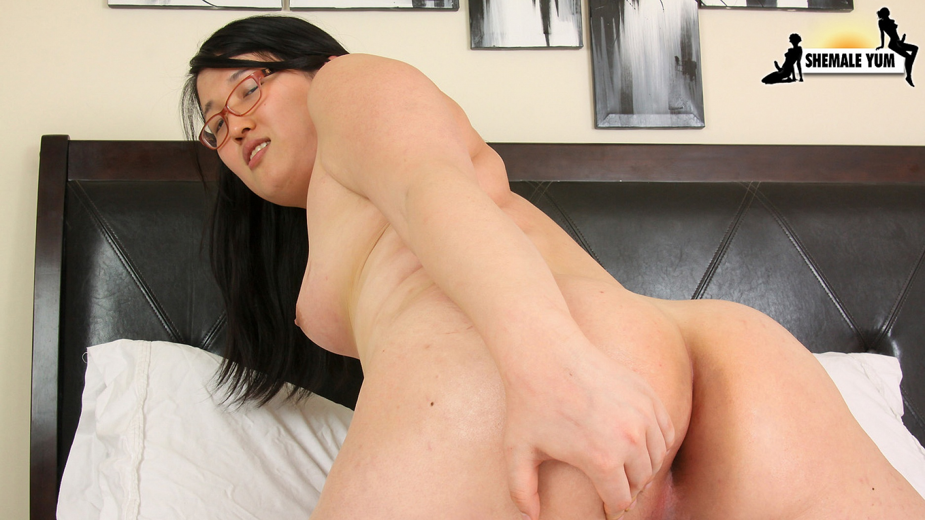Tempting tranny showing ass and jerking 2